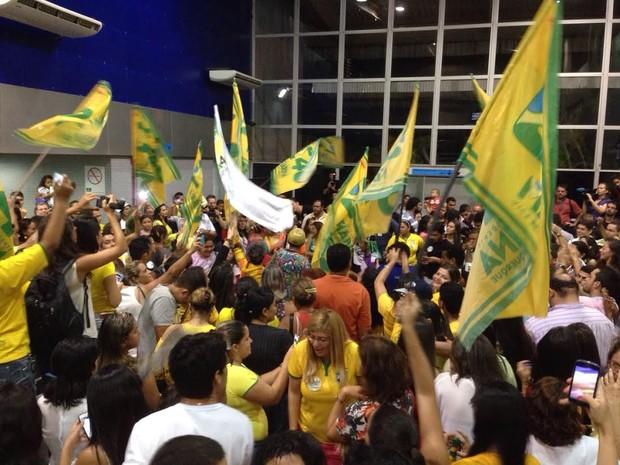 Militantes lotam saguão do aeroporto de Rio Branco para receber Marina (Foto: Caio Fulgêncio/ G1)