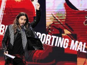 Jared Leto recebe prêmio de melhor ator coadjuvante no Spirit Awards, nos EUA (Foto: REUTERS/Robert Galbraith)