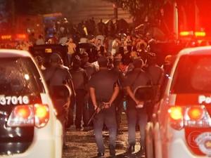 PM usa bombas de gás em confronto com foliões na Vila Madalena (Foto: Reprodução/TV Globo)
