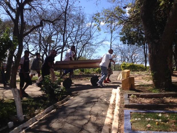 Corpo de Rodrigo Lima da Silva é levado para cova (Foto: Paula Paiva Paulo/G1)