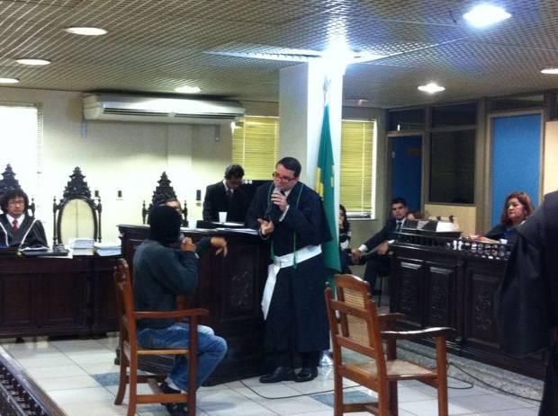 Testemunha depões encapuzada no Fórum Cruminal de Belém. caso Dezinho (Foto: Dominik Giusti/ G1)