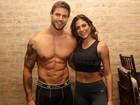 Ex-BBB Jonas desfila de cueca com a namorada, Mari Gonzalez