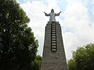 Imagem de Cristo está situada no centro da Praça dos Remédios (Foto: Suelen Gonçalves/ G1 AM)