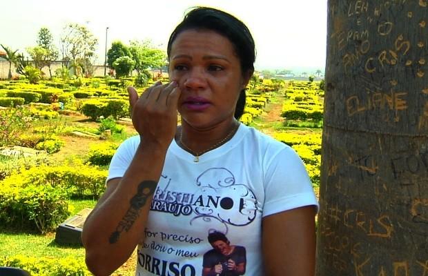 Eliane Brandão se muda para visitar túmulo de Cristiano Araújo todos os dias em Goiás (Foto: Reprodução/TV Anhanguera)