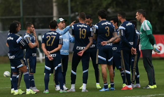 Marcelo Oliveira em conversa com o grupo palmeirense na semana passada  (Foto  Cesar Greco Ag Palmeiras Divulgação) 5a56278195eff