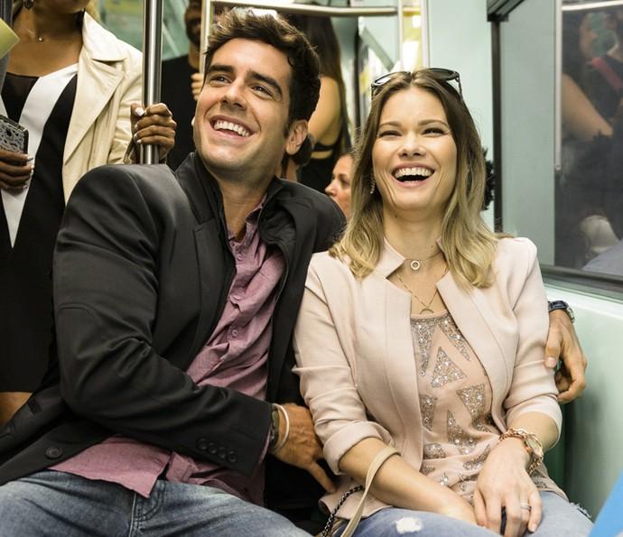 Marcos Pitombo e Karen Junqueira se divertem no set de 'Haja Coração' (Foto: Ramón Vasconcelos/Globo)
