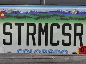 Placa do veículo usado por Samara usa as consoantes da palavra 'stormchaser' (caçador de tempestade, em inglês) (Foto: AP Photo/Charlie Neibergall)