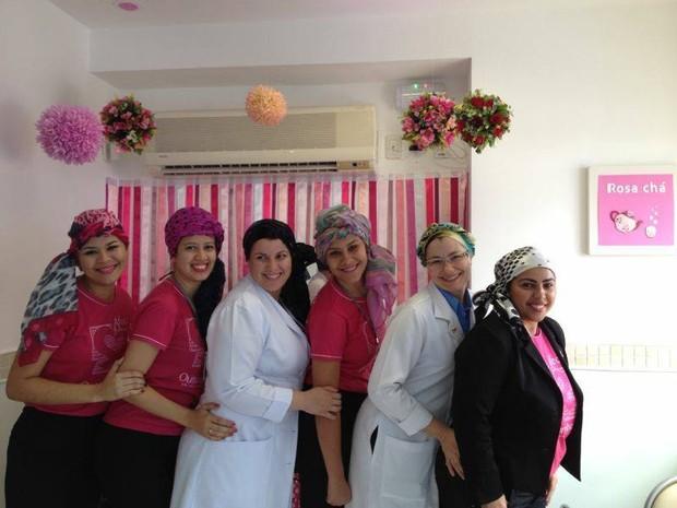 Pacientes participam de oficina de lenço para incentivar a autoestima durante o tratamendo do câncer. (Foto: Mayana Esteves/Divulgação)