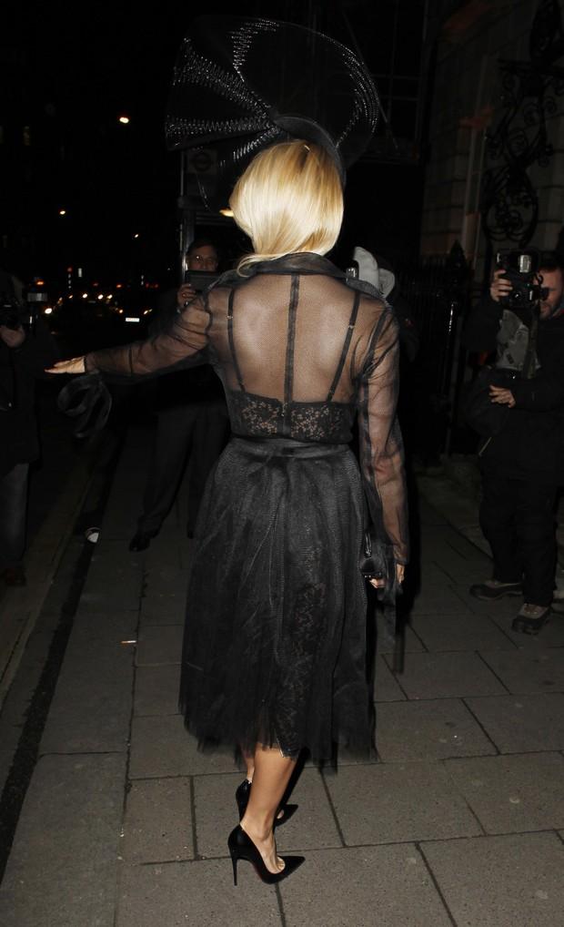 Pamela Anderson usa look sensual em noite de frio em Londres (Foto: AKM)