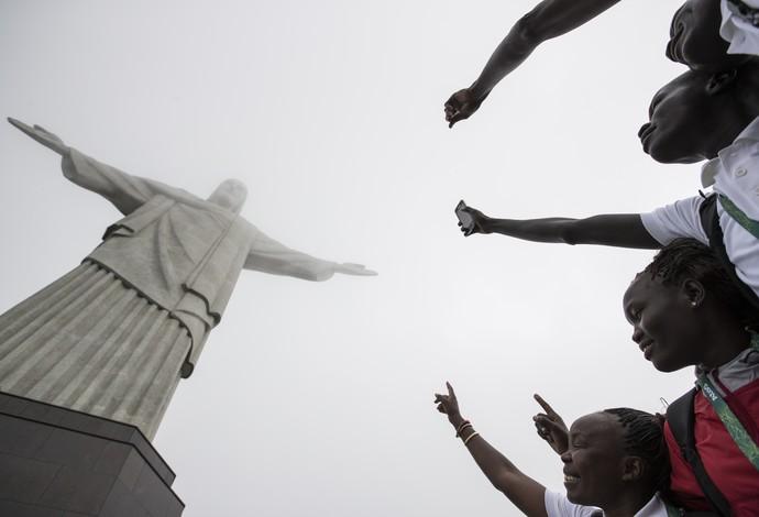 Visita refugiados Cristo Redentor Rio de Janeiro Olimpíada 2016 (Foto: AP Photo / Felipe Dana)