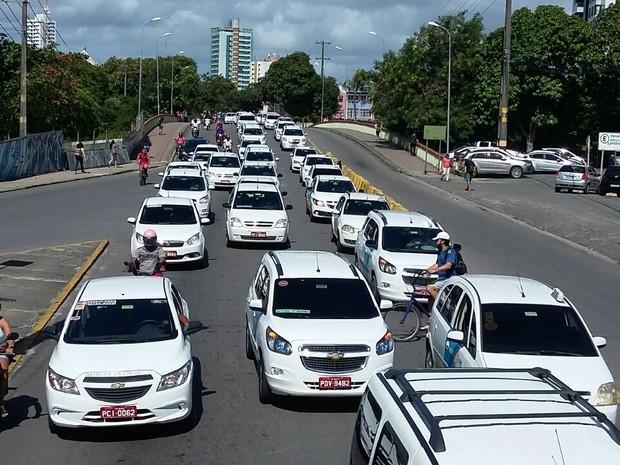 Taxistas fazem carreata contra o Uber no Recife e vão para a prefeitura (Foto: Marlon Costa/Pernambuco Press)