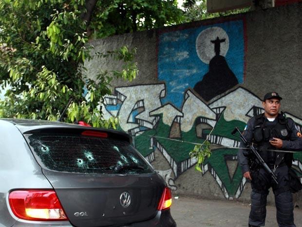 Carro de assaltantes que sequestraram ônibus com crianças (Foto: Gabriel de Paiva/Agência O Globo)