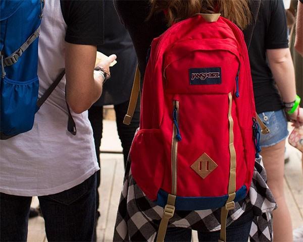 O diamante de couro das mochilas tem a função de aumentar a capacidade de carga do acessório (Foto: Reprodução/Instagram)