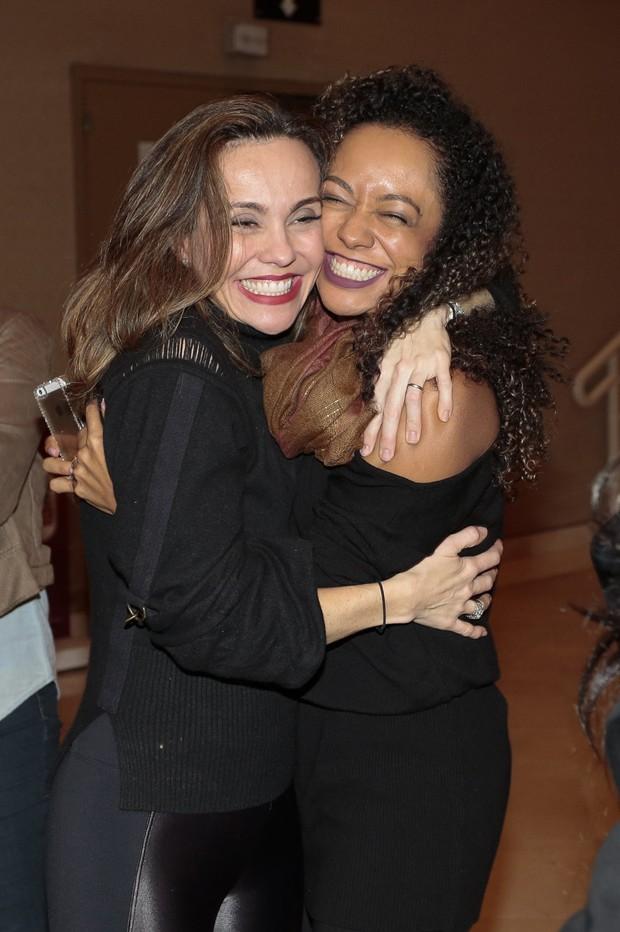 Flávia Monteiro recebe abraço de Aretha Oliveira (Foto: Rafael Cusato/Brazil News)