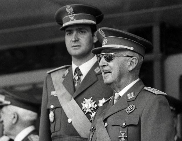 Foto de 10 de junho de 1971 mostra o então príncipe Juan Carlos ao lado do ditador Francisco Franco (Foto: AFP)