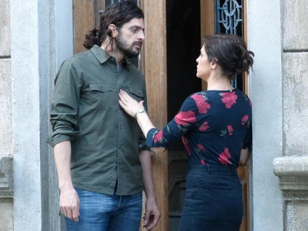 Cora chora miséria e diz a Jairo que não tem dinheiro para nada (Foto: Gshow)