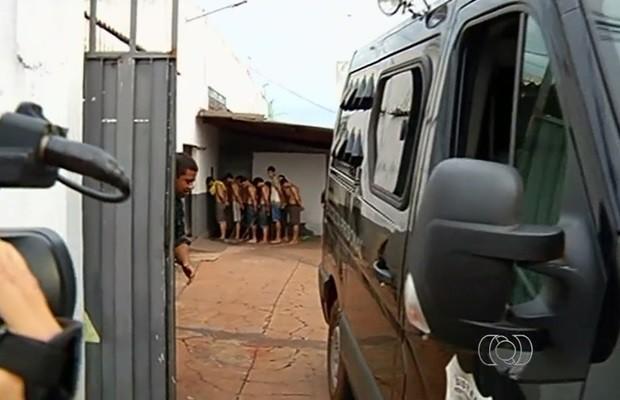 Após fuga, demais detenytos foram retirados das celas e mantidos em fila, em Rio Verde, Goiás (Foto: Reprodução/TV Anhanguera)