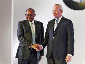 Venu Srinivasan, prsidente da TVS, e Stephan Schaller, presidente da BMW Motorrad (Foto: REUTERS/Babu)