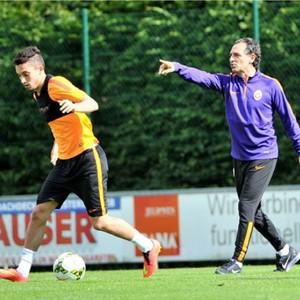 Alex Telles recebe as primeiras ordens em treino de Cesare Prandelli (Foto: Divulgação/Galatasaray)