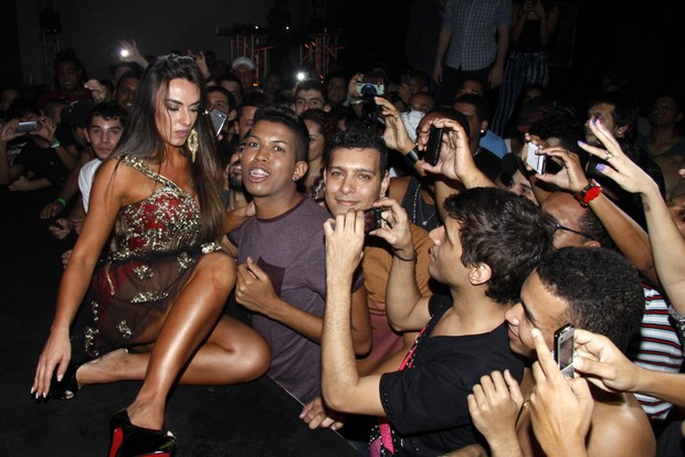Nicole Bahls é coroada rainha em boate gay (Foto: Felipe Assumpção / AgNews)