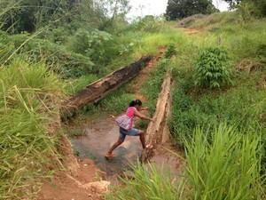 A ponte desabou há quatro meses (Foto: Paula Casagrande/G1 RO)