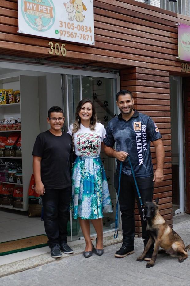 Arthur, Andressa Urach e Tiago Costa com Faruko (Foto: Fio Condutor)