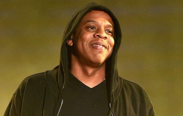 """Jay-Z já fez até músicas sobre como ele traficava crack no Brooklyn, em Nova York, quando era bem jovem. Mas o rapper jura que nunca consumiu a droga, e que só a vendeu até """"perceber os efeitos na comunidade"""" trazidos pelo comércio ilegal. Ele diz que fazia isso para comprar roupas. (Foto: Getty Images)"""