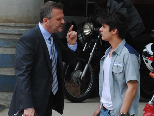 Olavo pede para Vitor abrir o jogo e não tentar proteger ninguém (Foto: Malhação / Tv Globo)