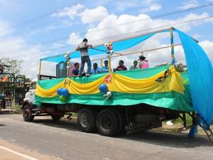 Folião prepara últimos detalhes do caminhão. (Foto: Gilcilene Araújo/ G1)