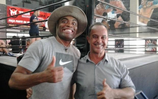 Professor ao lado do ex-campeão do UFC (Foto: Divulgação/ UBM)