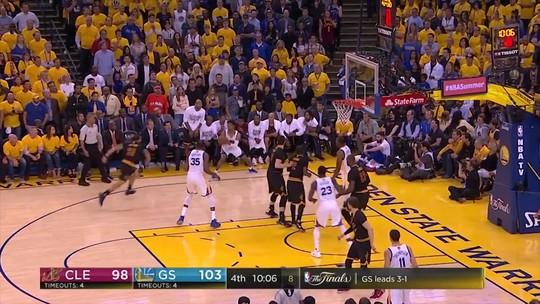 """MVP unânime das finais, Durant divide prêmio com a mãe: """"Nós fizemos isso"""""""