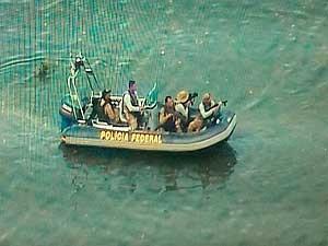 Equipes da PF em lanchas durante operação por conta do difícil acesso aos locais onde os suspeitos estavam escondidos na Bahia (Foto: Divulgação/SSP-BA)