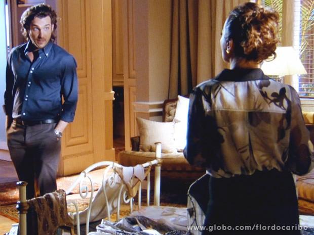 Guiomar finge aceitar a proposta para sair da mansão e consegue passar a perna em Alberto (Foto: Flor do Caribe / TV Globo)