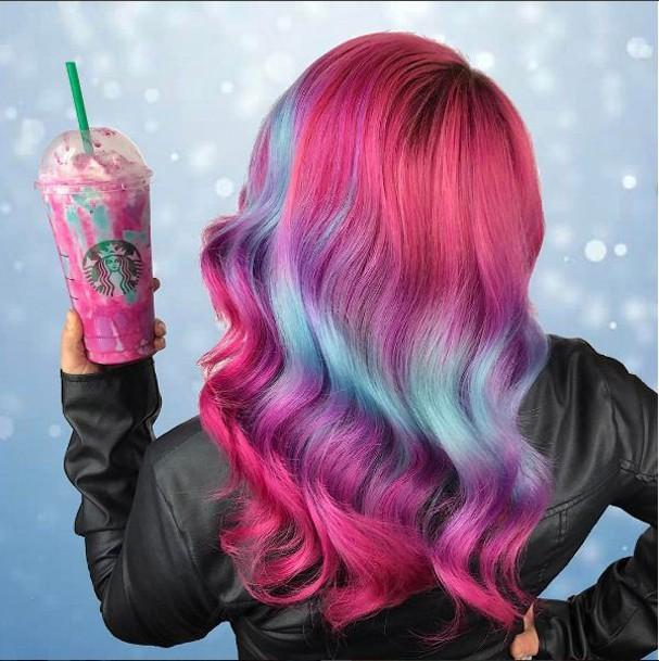 Cabelo inspirado no frappuccino de unicórnio! (Foto: Reprodução/Instagram)