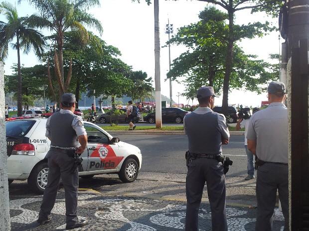 Policiais garantiram a segurança na porta da igreja  (Foto: Anna Gabriela Ribeiro/G1)