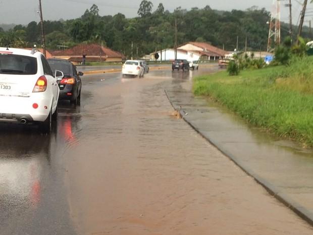 Pista da Mogi-Bertioga ficou alagada, o que prejudicou o tráfego na saída do carnaval (Foto: Reprodução/TV Diário)