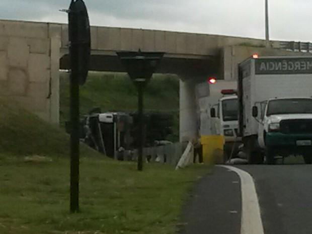 Caminhão tombado na rodovia em Campinas (SP) (Foto: VC no G1)