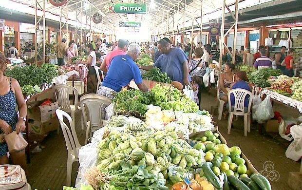 Produtores deixam a zona rural diariamente para vender seus produtos no Mercado Elias Mansour (Foto: Acre TV)