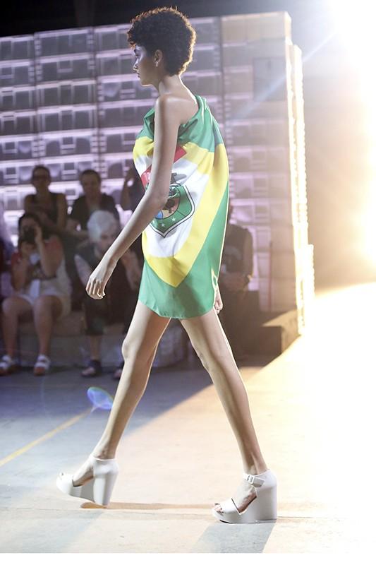 Para o casting na passarela, a empresa apostou em mais de 100 modelos que, na verdade, faziam parte do time de funcionários do local (Foto: Divulgação)