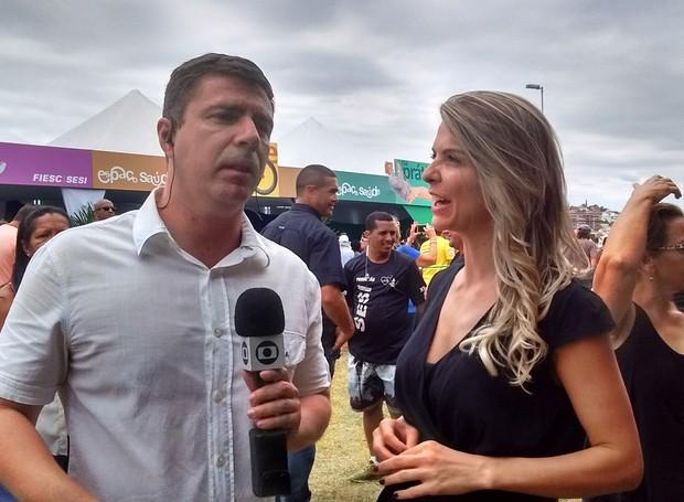 Marcelo Siqueira e Mariana Paniz nos bastidores do Bem Estar Global (Foto: Valéria Martins/RBS TV SC)