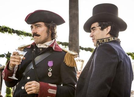 Duque Ega fica de olho em André e Tolentino na festa de casamento
