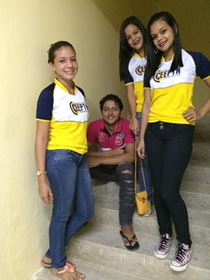 Ericarla Rocha da Silva, de 14 anos, esperava a próxima aula na escada com colegas (Foto: Marcella Centofanti/G1)