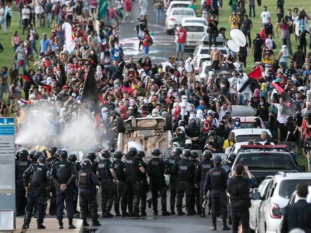 Policiais entram em confronto com manifestantes após carro ser virado de cabeça para baixo durante protesto contra a PEC 55, que limita os gastos públicos para os próximos 20 anos, em frente ao Congresso Nacional em Brasília (Foto: Fabio Pozzebom/Agência Brasil)