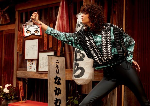 Colete de couro trançado à mão, camisa de seda, calça de couro e bolsa de couro com alça de metal (Foto: Rafael Pavarotti)