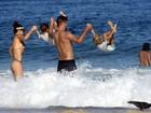 Rodrigo Hilbert e Fernanda Lima se divertem com os filhos na praia