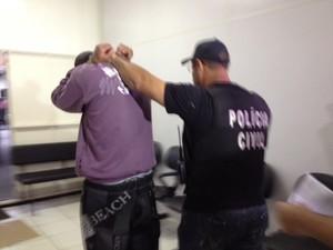 Suspeito de 22 anos foi preso na quinta (30) (Foto: Janine Limas/RBS TV)