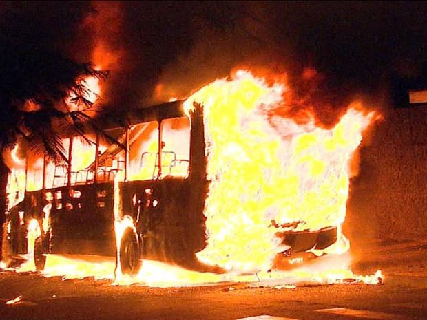 Ônibus foi incendiado por dois homens no bairro Antônio Marincek em Ribeirão Preto, SP (Foto: Alexandre Sá / EPTV)