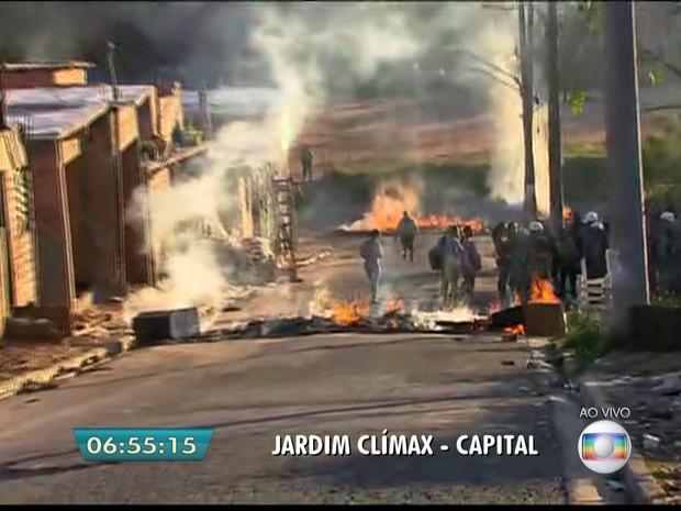 Reintegração de posse no Jardim Clímax, na Zona Sul; moradores queimam colchões (Foto: Reprodução/TV Globo)