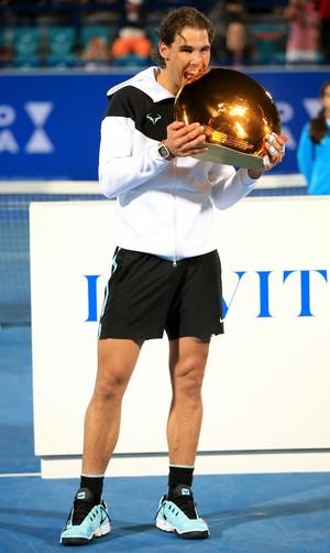 Rafael Nadal leva título em Abu Dhabi (Foto: Reuters)