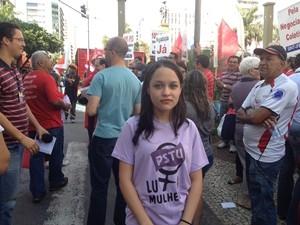 estudante Hellen Kássia Carvalho durante protesto em Goiânia (Foto: Gabriela Lima/G1)